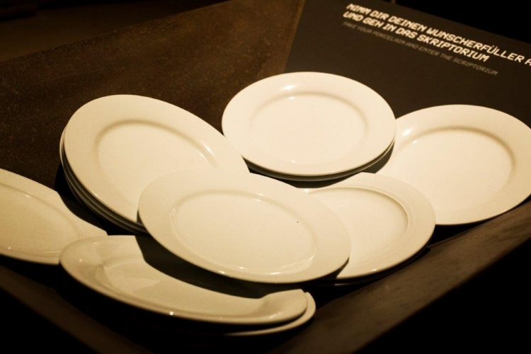 In the porcelain world, dream plates are held in the record of wishes.